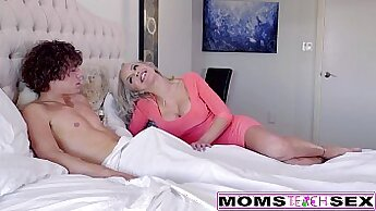 Two kinky blondes with rock art in threesome